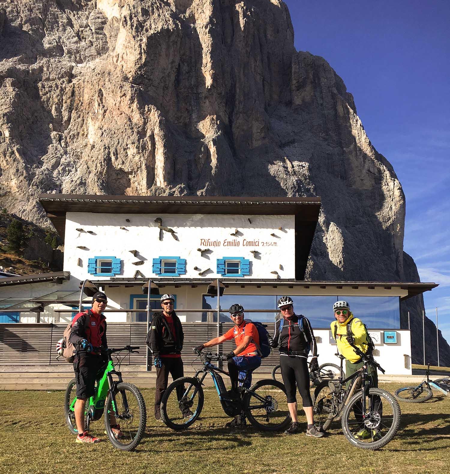 Rifugio comici sotto il Sassolino con la mountinabike - Comici hut under the Sassolungo with our biker-group - Comici Hütter mit Mountain Bikes